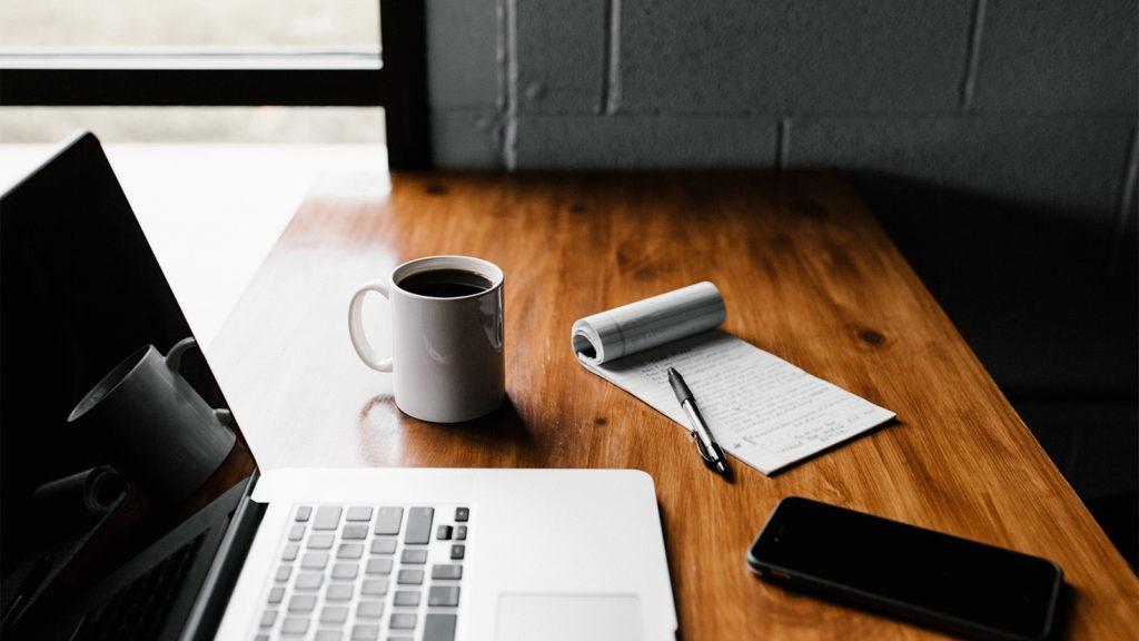 Bilde av laptop og telefon